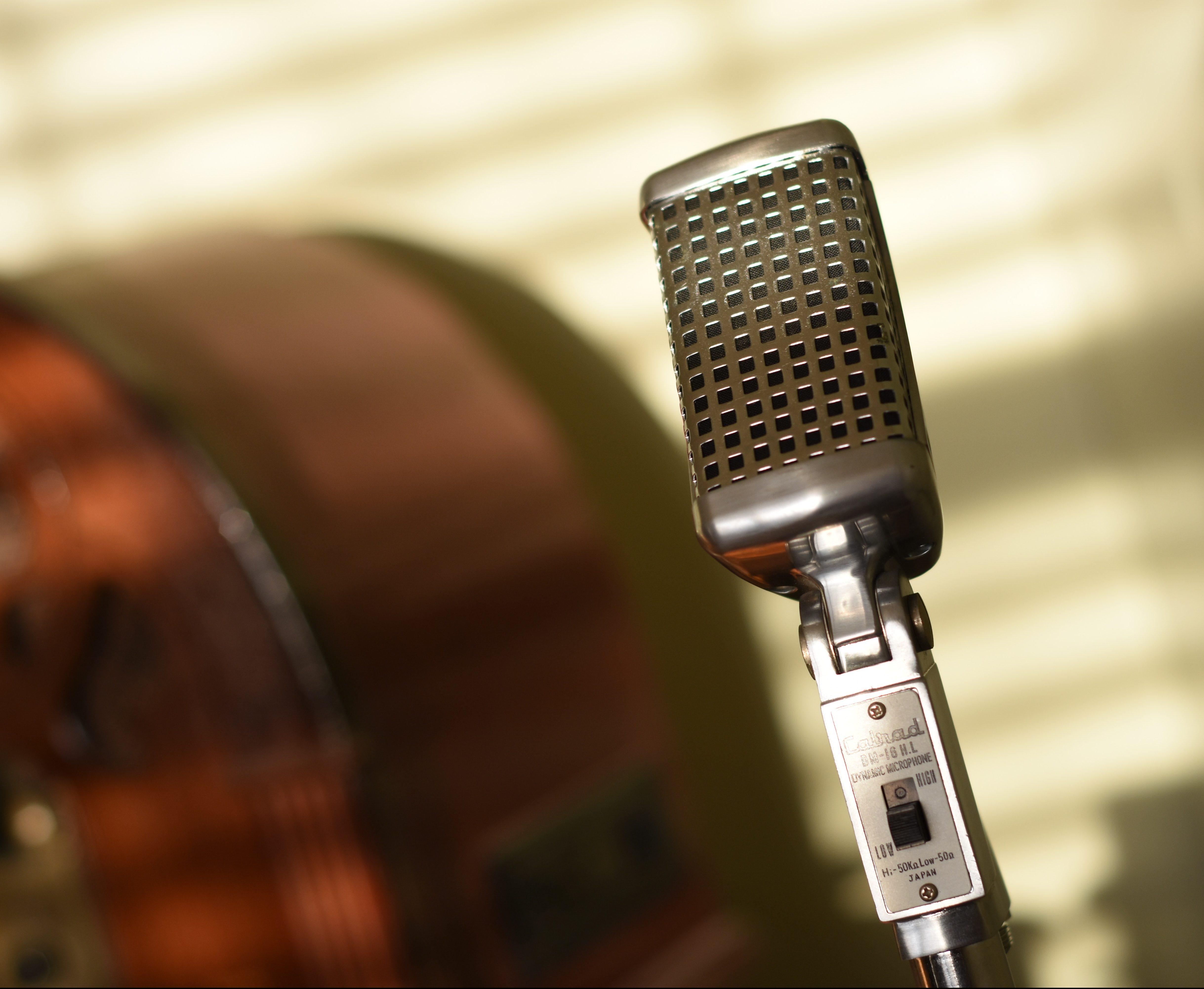 Altes Mikrophon, das man auf Werbebildern von Slams oft sieht, die aber richtig doof für den Gebrauch sind